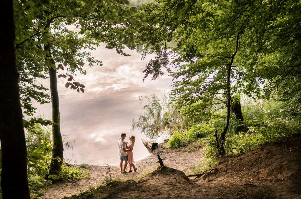 Sesja narzeczeńska nad jeziorem w Otominie