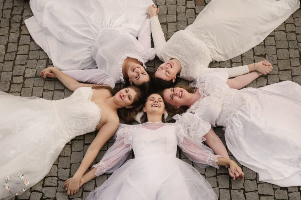 Friendship, sightseeing and session in wedding dresses Gdansk Old Town