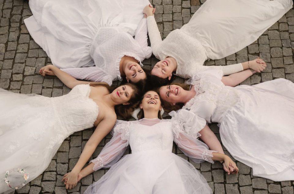 Sesja przyjaciółek w sukniach ślubnych